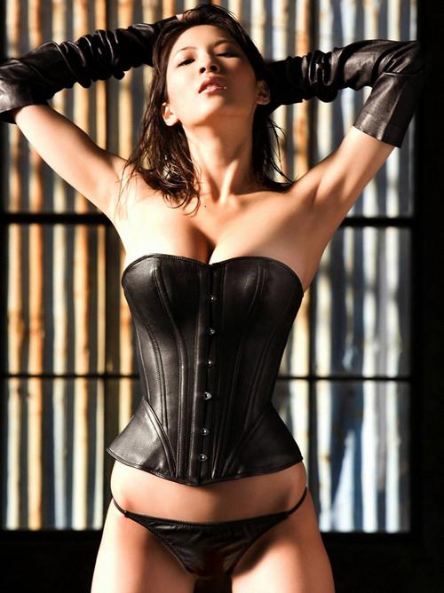 【SMエロ画像】女王様も拘束状態wキツく絞って着こなされたボンデージファッションwww