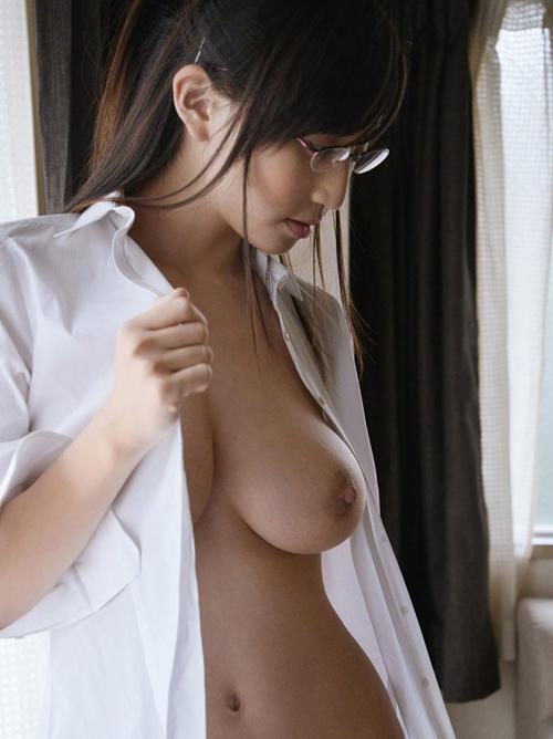 カワイイ黒縁めがねの女の子がまんまる巨乳おっぱいだとヤバ過ぎる