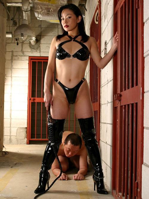 【SMエロ画像】厳しくも優しく男責めw素直に従いたくなる女王様の調教現場www