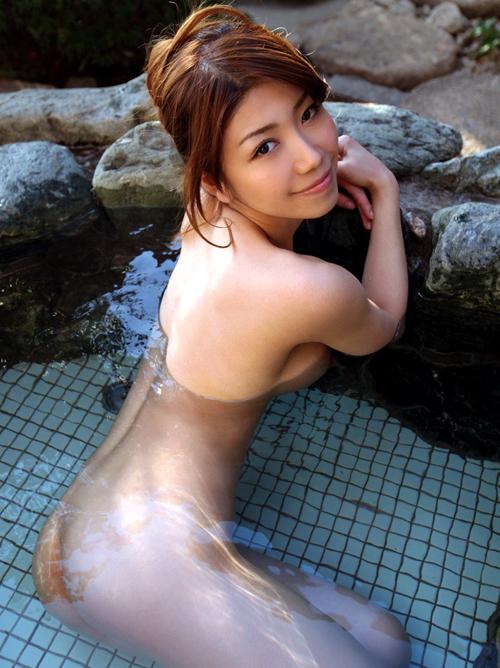 露天風呂で反りポーズ淫ら大胆に巨乳おっぱい見せるセクシーお姉さん