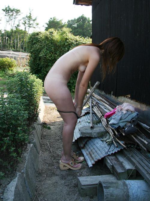あと一枚で全裸な女のエロ画像wwwww