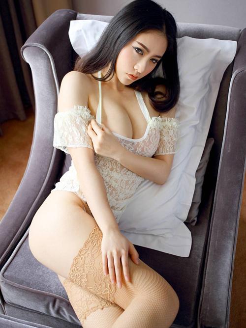 【海外】ソファーの上で挑発ポーズのアジアンガールとバックスタイルがエッチな欧米お姉さん♪