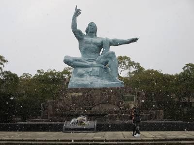 平和祈念像に降る雪