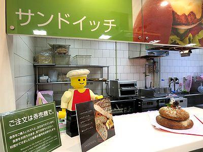 パンで作った鏡餅を供えた小谷SAのベーカリー