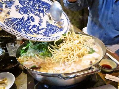 もつちゃんぽん鍋にちゃんぽん麺を投入