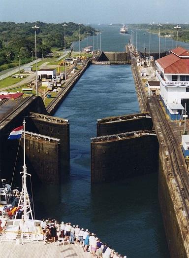 640px-Panama_Canal_Gatun_Locks_opening.jpg