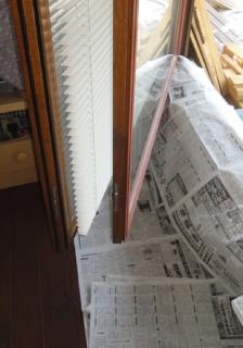201506 木製サッシ塗り替え 窓の下に新聞紙