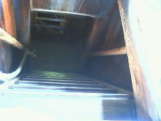 三門の中の階段