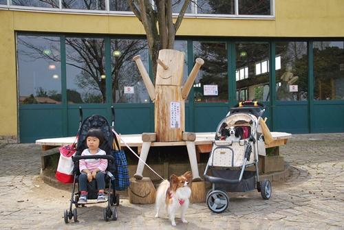 木の人形と記念撮影