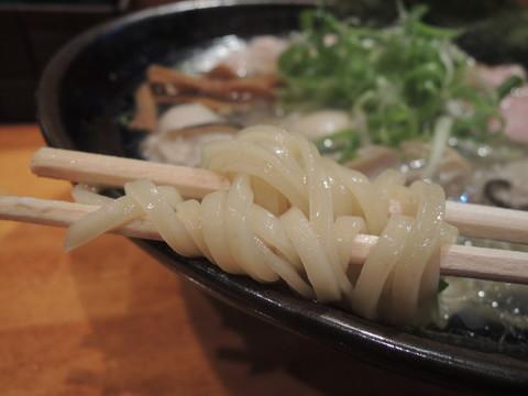 広島(牡蠣ラーメン)の麺