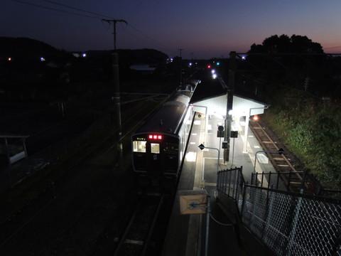 日向新富駅の西都城行普通(721M)(817系)