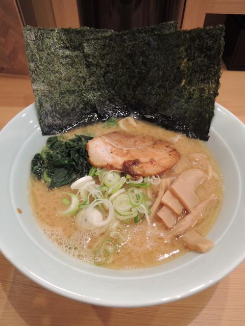 醤油豚骨ラーメン(750円)