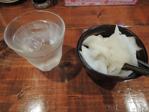 水と白い大根スライスの漬物