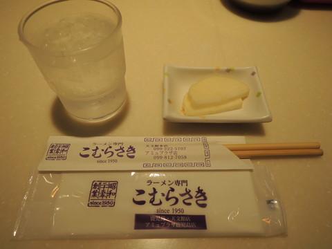 紙オシボリと白い大根の漬物