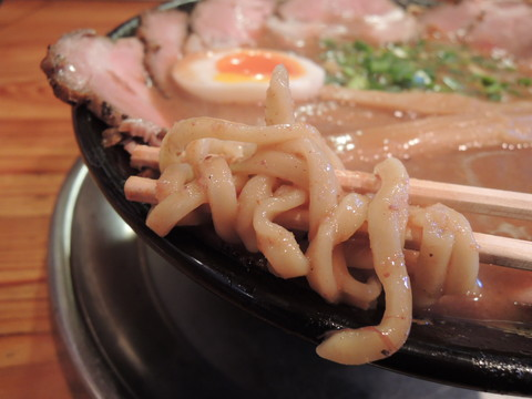 海老豚骨ラーメン(重ちゃん・仙ちゃんチャーシュー麺)の麺