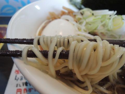 草庵正油らぁ麺の麺