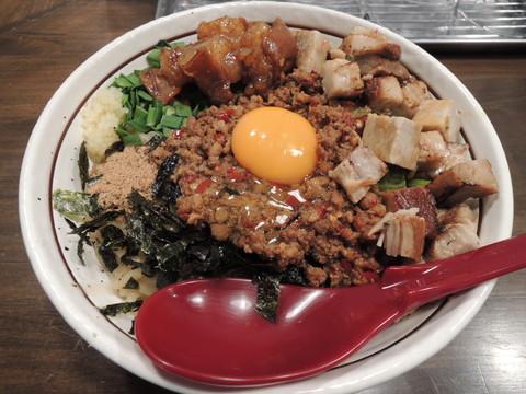 台湾まぜそば+麺大盛+炙りゴロチャーシュー+黒毛和牛の炙りもつ