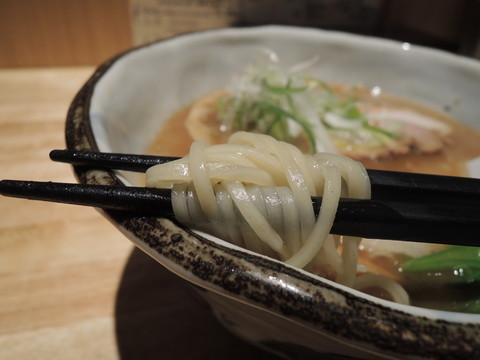 鯛とあごだしの醤油ラーメンの麺
