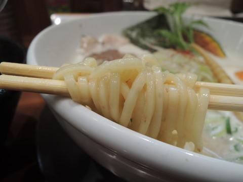 「鶏豚だしらぁ麺+鶏チャーシュー(3枚)」の麺