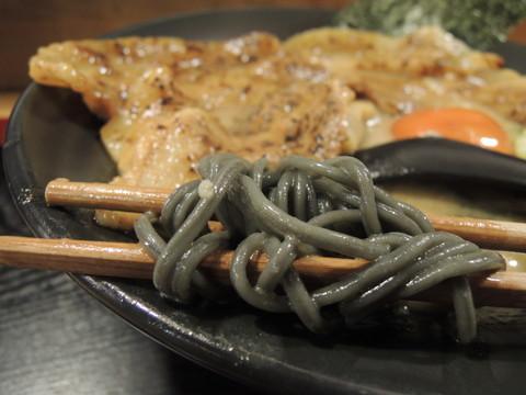 豚肉そば並の麺