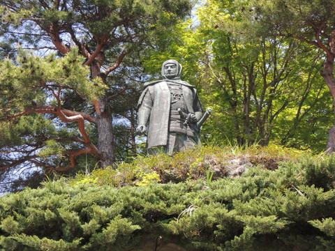 春日山城(春日山神社の上杉謙信公像)