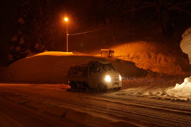幌馬車チックな軽トラ マツダスクラム 雪に中を走る