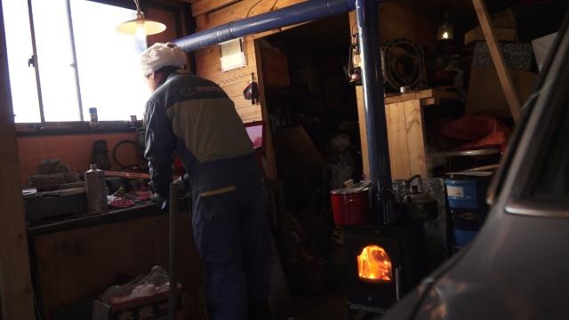 現代風 男の隠れ家 ヒノモトロータリーべース・日野十日町機関区現業部にて薪ストーブで料理をしながら
