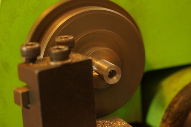 旋盤で出力軸を切削