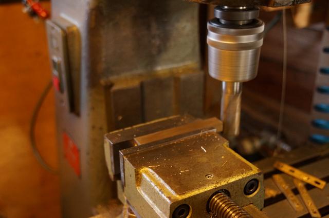 0番フライス盤で真鍮の棒を削る スピードメータセンサホルダにするつもり