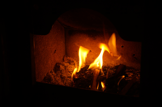 薪ストーブの熾きで火を起こした直後