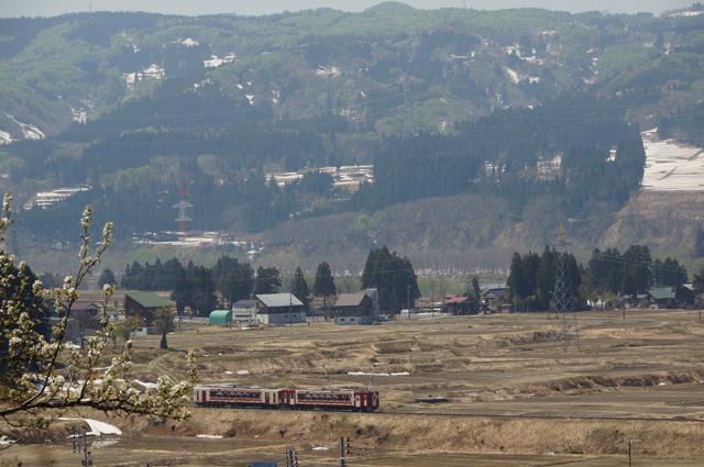 青い空、新緑と残雪と木に咲く花、そしてちらりとのぞく信濃川と飯山線