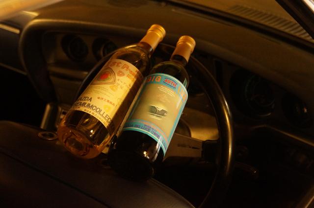 二代目マツダルーチェ40周年記念ワインをルーチェのドライバーズシートに乗せてみた