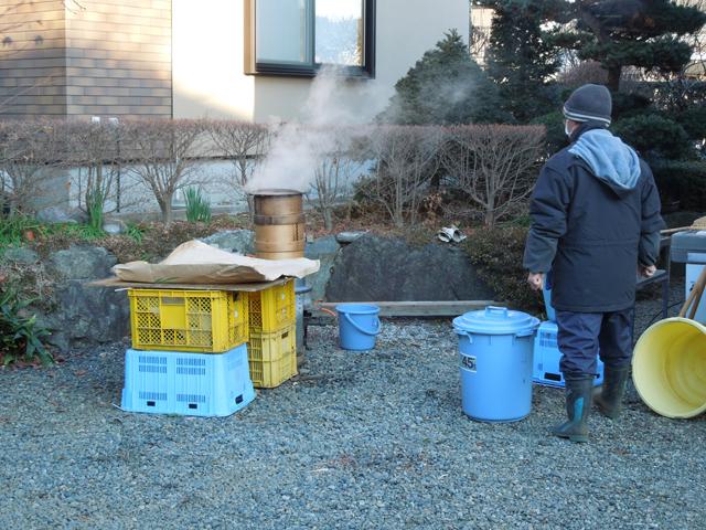 かまどで蒸篭をつかってもち米を蒸す