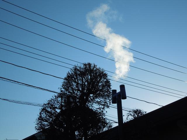 ホクアイの煙突から出る薪ストーブからの排煙・水蒸気