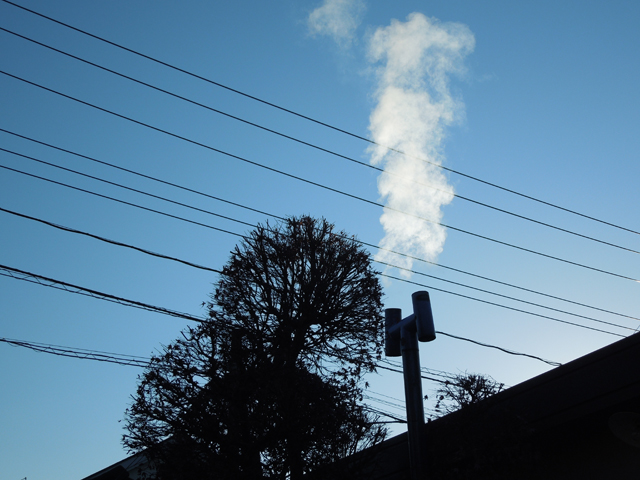 ホクアイの煙突から出る薪ストーブからの排煙 水蒸気