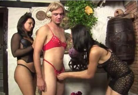 二人組のニューハーフ女王様が掘るのは女装させたM男の肛門 01