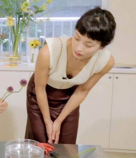 黒田エイミ 胸元キャプ・エロ画像3