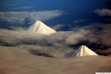 アリューシャン列島 フォー・マウンテンズ諸島 左がクリーブランド山、右がカーライル山2012年5月31日、飛行機の中