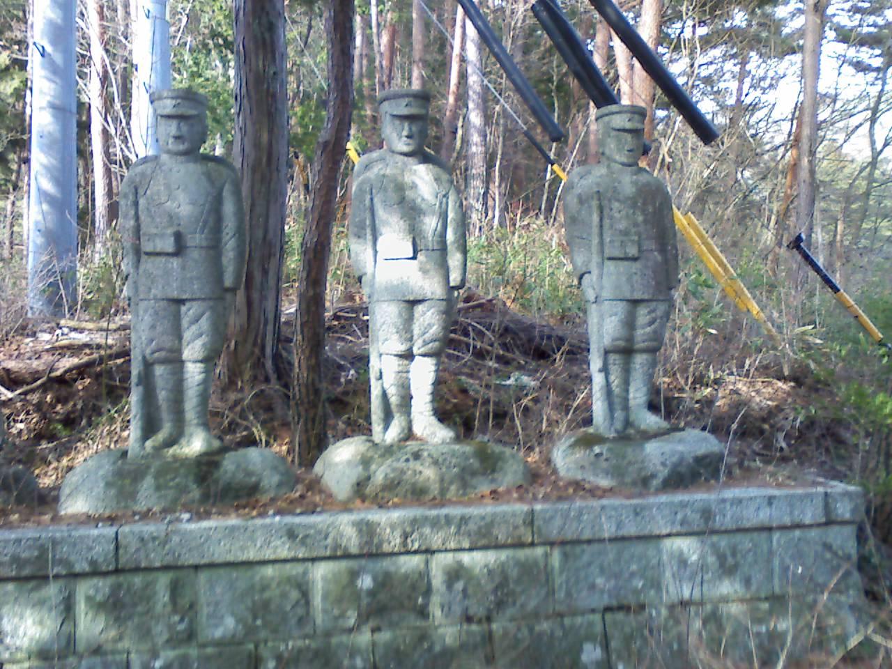 爆弾三勇士の像