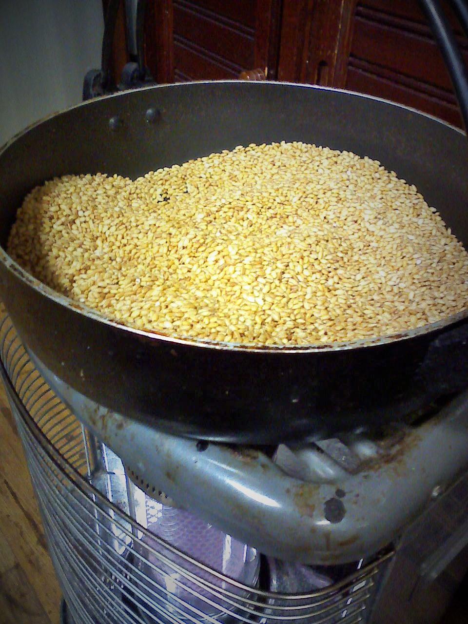 玄米を煎っています