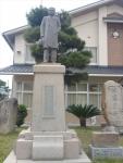 間人小学校にある松本重太郎像