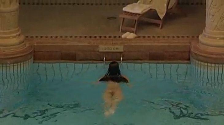 ※画像・動画有 全裸で優雅に水泳を楽しむオランダ系セレブ美女!!