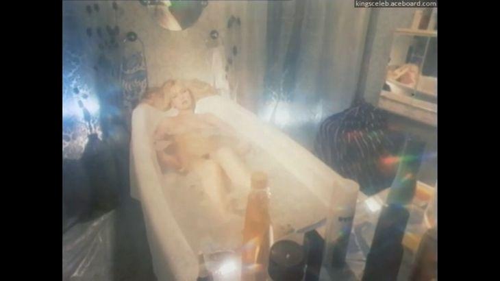 ※画像・動画有 男性の前でも平気で入浴を続ける妖艶金髪美女!!