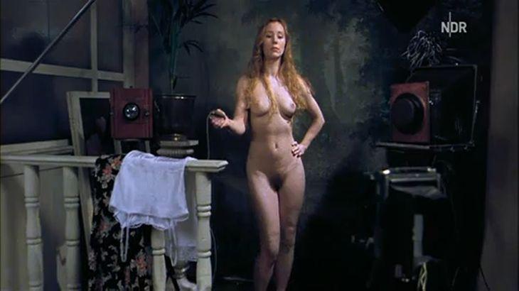 ※画像・動画有 全裸で自撮り中、突然の来客に焦るドイツ人女優、フランツィスカ・ペトリ!