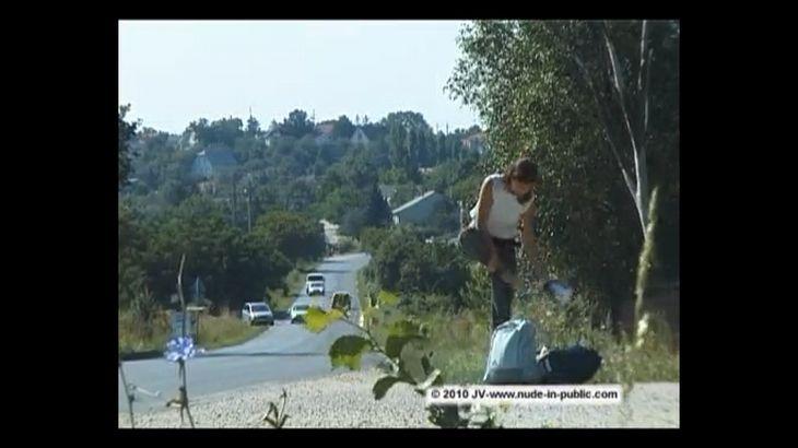 ※画像・動画有 全裸でヒッチハイクを行う外国人美女!