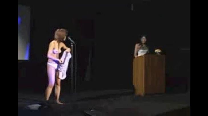 ※画像・動画有 全裸で舞台に上げられ、非道いヤジにも必死に耐える日本人女性!