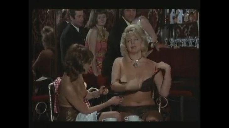 ※画像・動画有 飲食店で人目も憚らず、脱衣を繰り返し、とうとう全裸になってしまう外国人女性3人...