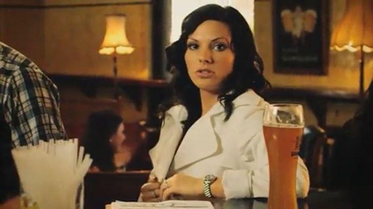 ※画像・動画有 大勢の客がいるバーで、堂々と全裸になりビールを飲み干す美女!