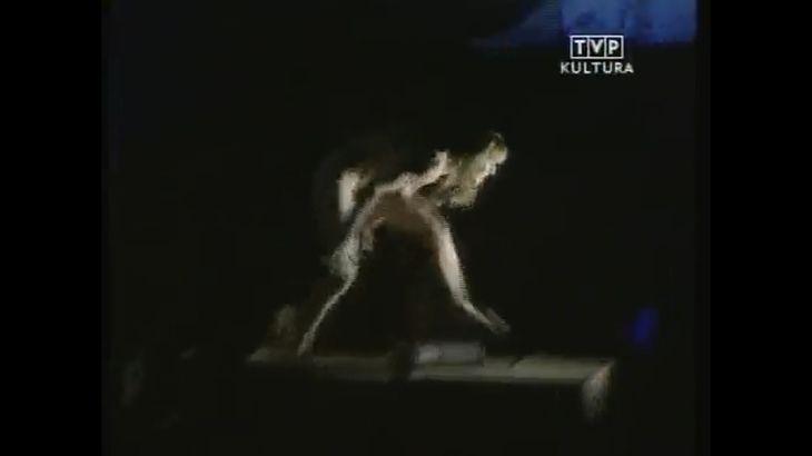 ※画像・動画有 外国人女性を無理矢理全裸にさせて舞台に上げるパフォーマンス(?)