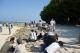 星砂の浜で星砂を探す人たち